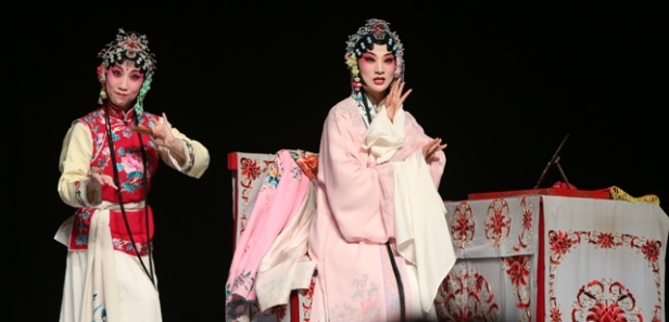 Wang Jin (left) as the maid Chunxiang with Zhang Yuanyuan (right) as Du Liniang