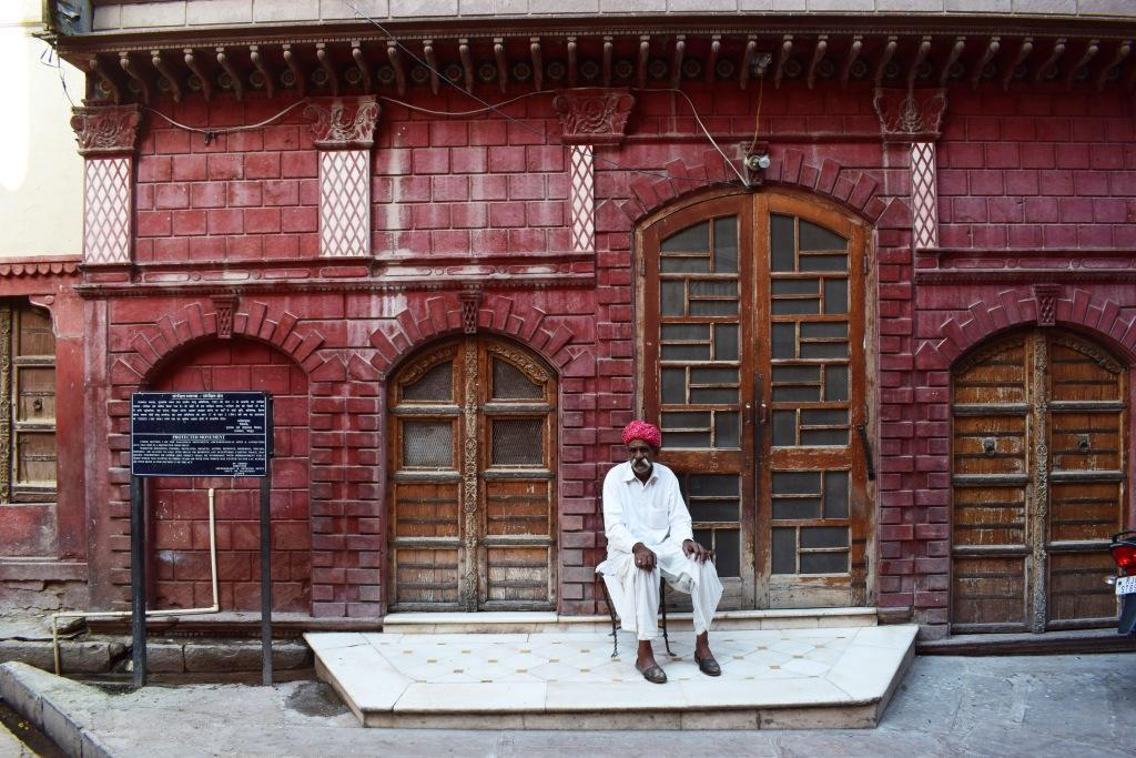 Lone guardian outside a haveli, Bikaner, Rajasthan, India